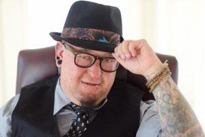 タトゥーを入れている中年男性