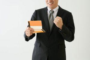 通帳を見て喜ぶ期間工