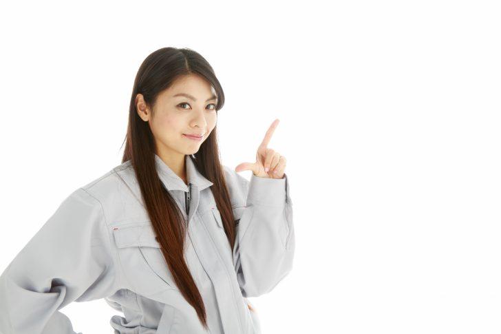 指さす女性期間工