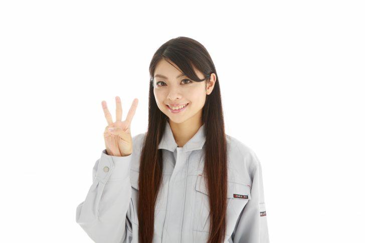 3本指さす女性期間工